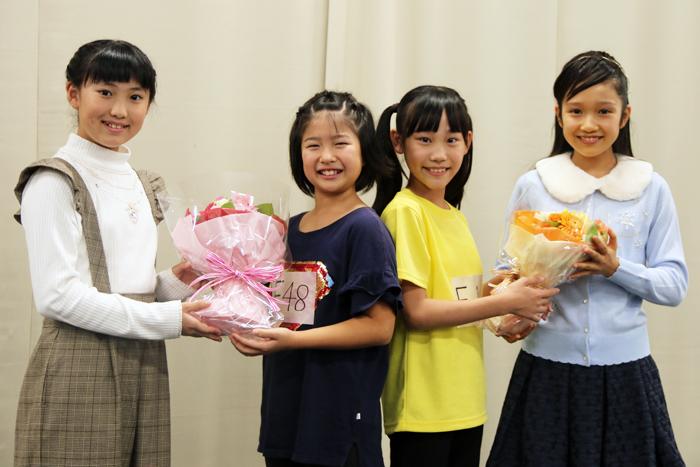 新アニー(徳山しずく、川原菜摘)に花束を渡す岡 菜々子(左端)、山﨑玲奈(右端)