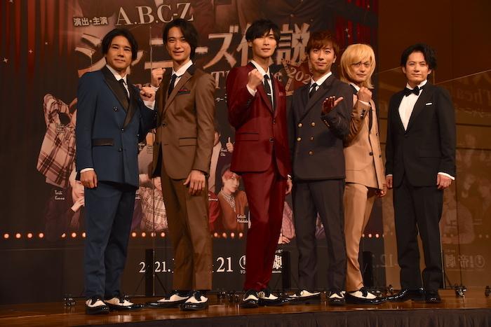 A.B.C-Zの五関晃一、戸塚祥太、橋本良亮、河合郁人、塚田僚一と、佐藤アツヒロ(左から)
