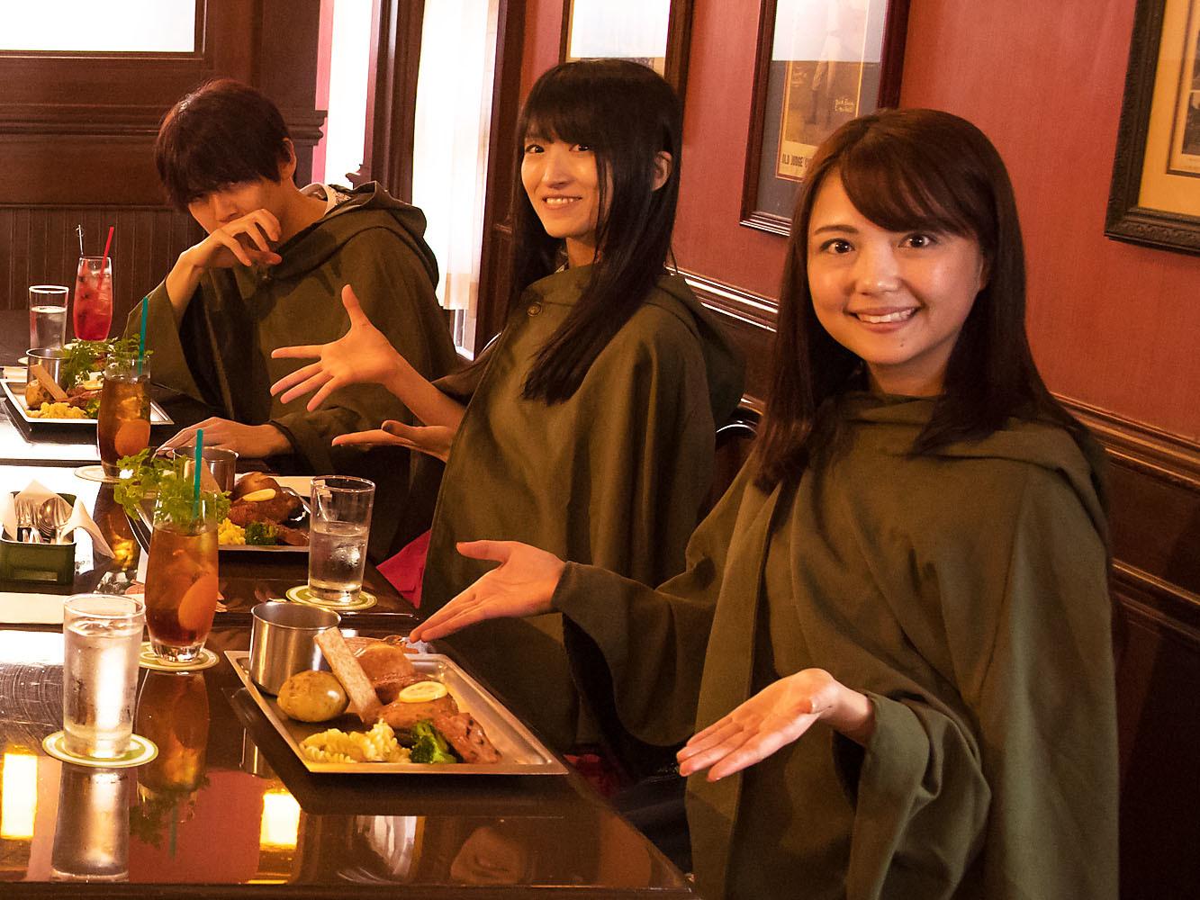 左から、梶裕貴、藤田咲、三上枝織