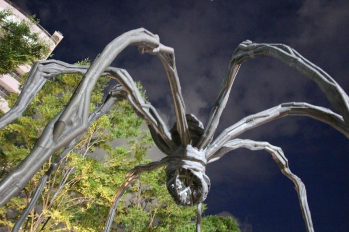 ルイーズ・ブルジョア《ママン》2002年(1999年)/ブロンズ、ステンレス、大理石  9.27 x 8.91 x 10.23(h)m