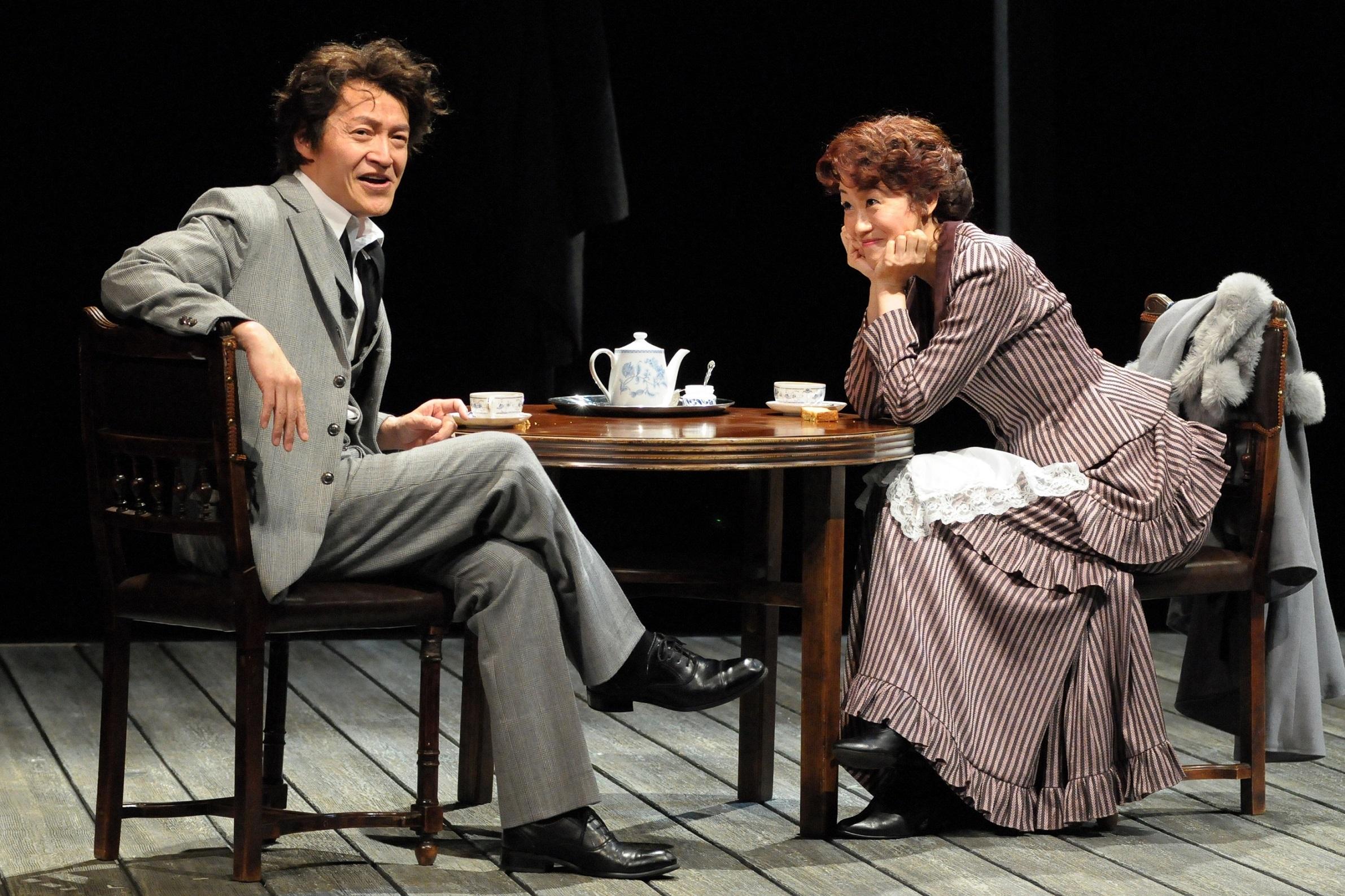 青年座公演『わが兄の弟』安ホテルの一室。左から、アントン(横堀悦夫)とニーナ(安藤瞳)。 撮影/坂本正郁