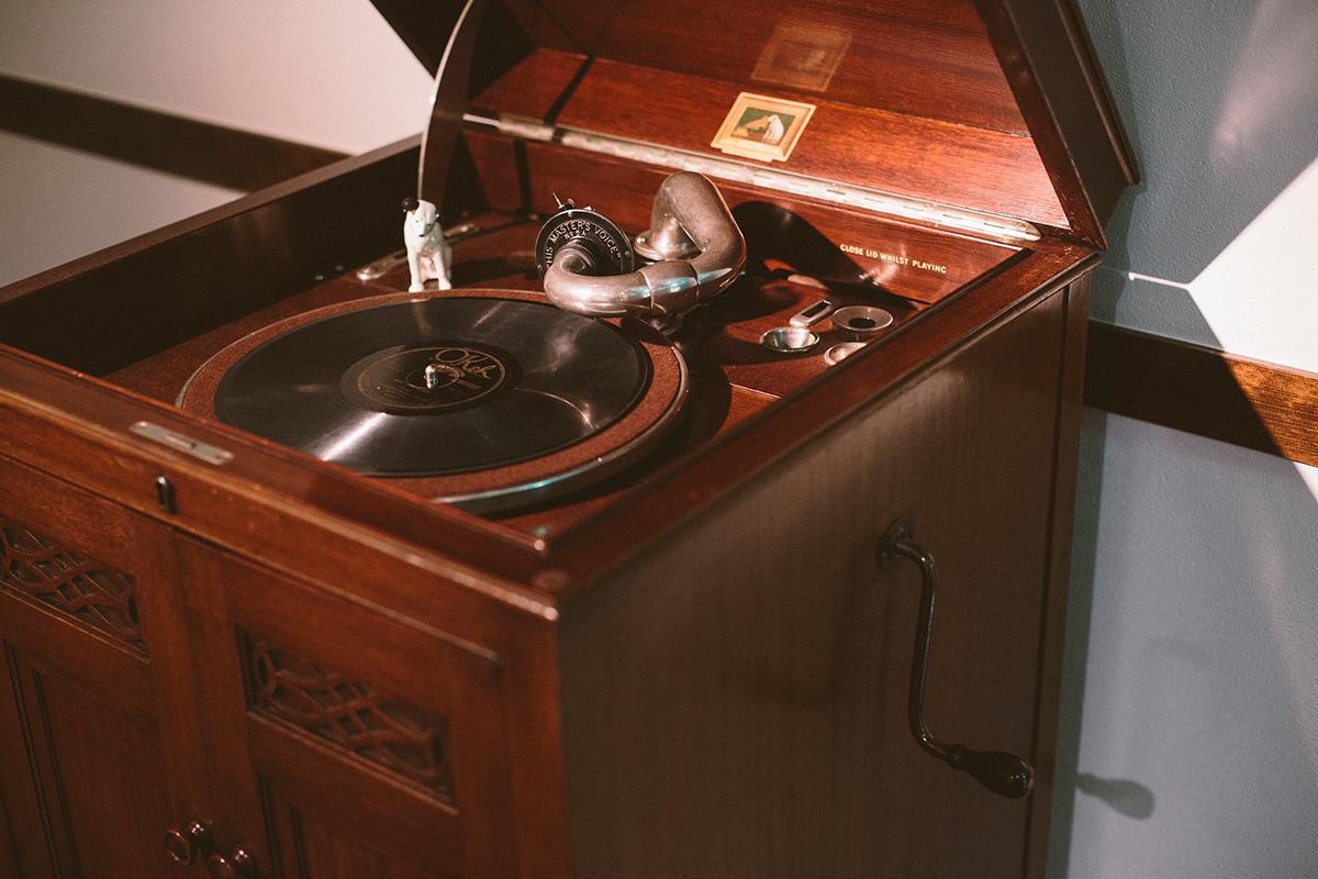 祖父の代からジャズを愛聴しているこの店のオーナーの家で、代々受け継がれている1920年代の英国製蓄音機「HMV163」。『Jazz Theatre』では管楽器の音に合うようにと常に鉄製の針を使用している。