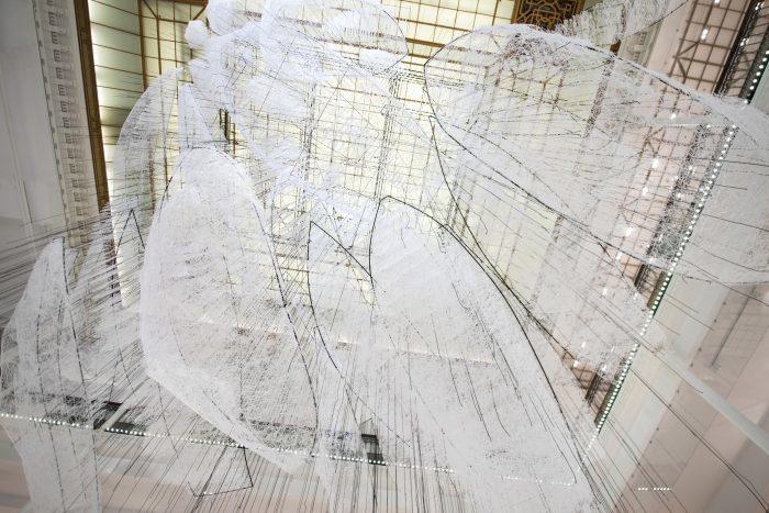 Making off installation Chiharu Shiota au Bon Marché Rive Gauche © Gabriel de la Chapelle