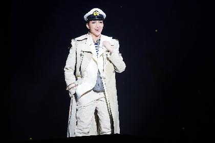 宝塚歌劇星組・紅ゆずるが、菊田一夫の戯曲『霧深きエルベのほとり』で、愛に翻弄される船乗りを快演