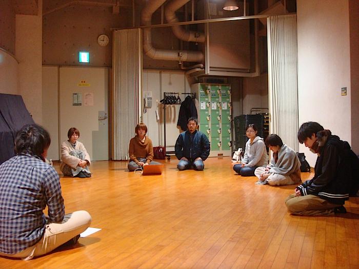 取材時の様子。まだ台本がなく、平塚の問いかけにメンバーが答える形で方向性を決めていく台本会議が行われていた