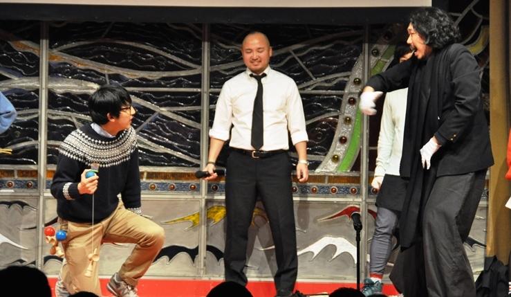 前回のカウントダウンより。マンボウやしろをゲストに迎え、ヨロ企メンバーや京都の若手劇団たちが、それぞれの得意技を生かしてバトルを繰り広げる学園モノを上演した。