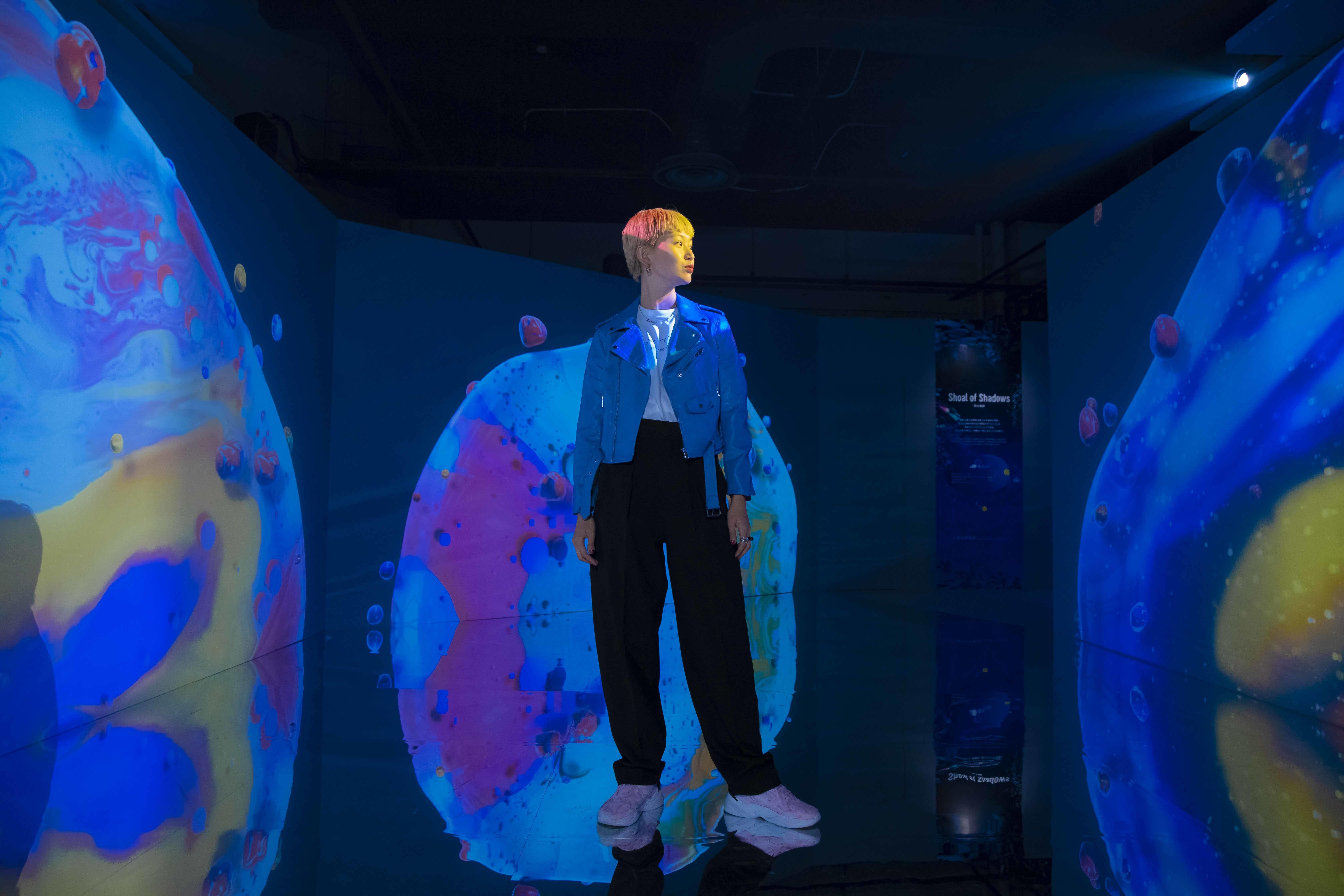 絵の具を混ぜ合わせたようなデジタルアートが床に反射して、幻想的な空間に。
