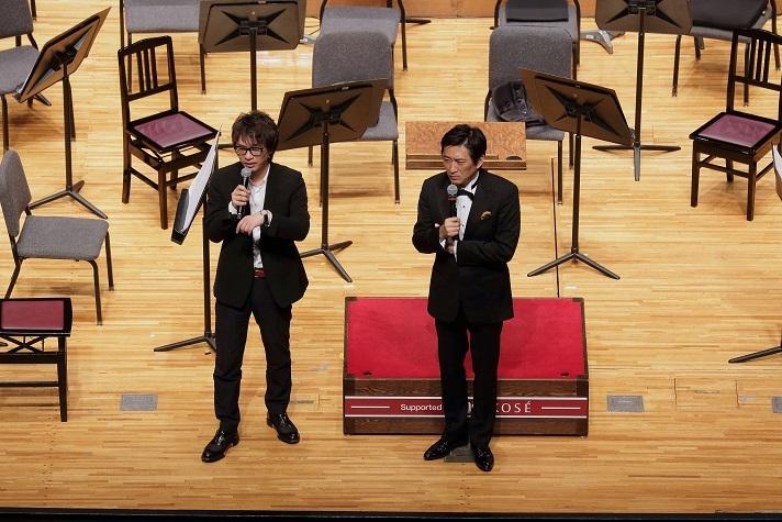 交響曲第1番を世界初演した際のプレコンサートで話す菅野祐梧と藤岡幸夫 (C)s.yamamoto
