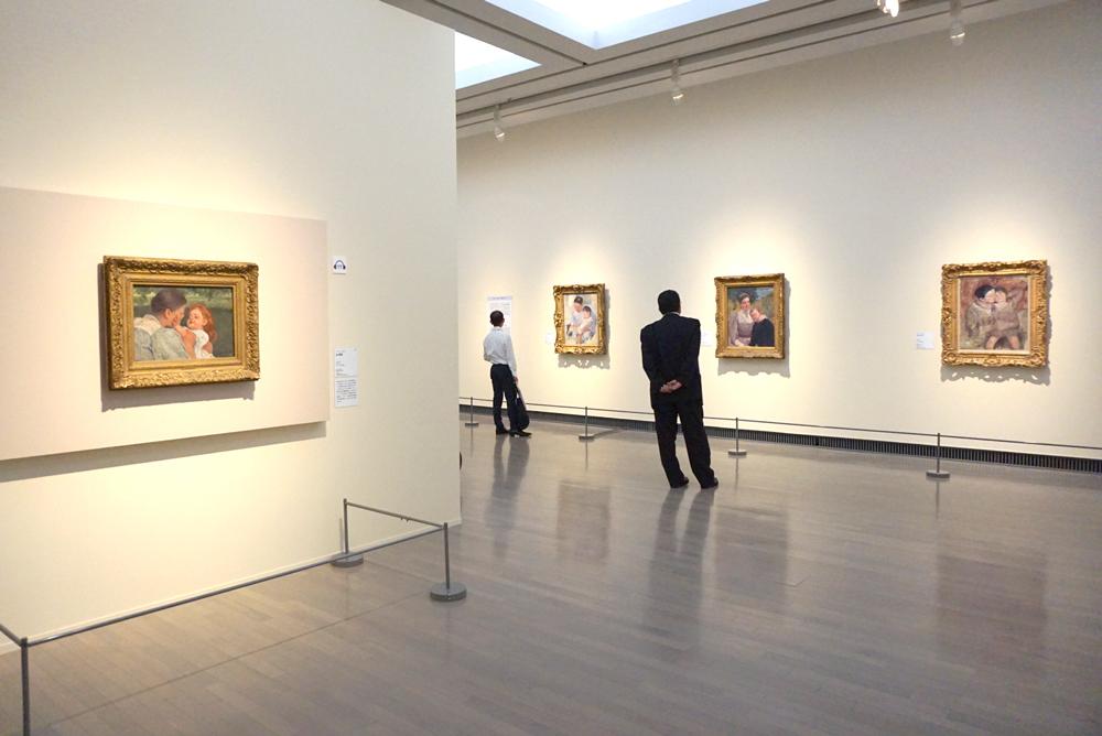 (左)メアリー・カサット《母の愛撫》1896年頃 フィラデルフィア美術館蔵