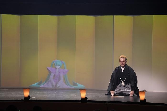 (左より)初音ミク、中村獅童 (C)NTT・松竹P/(C)超歌舞伎