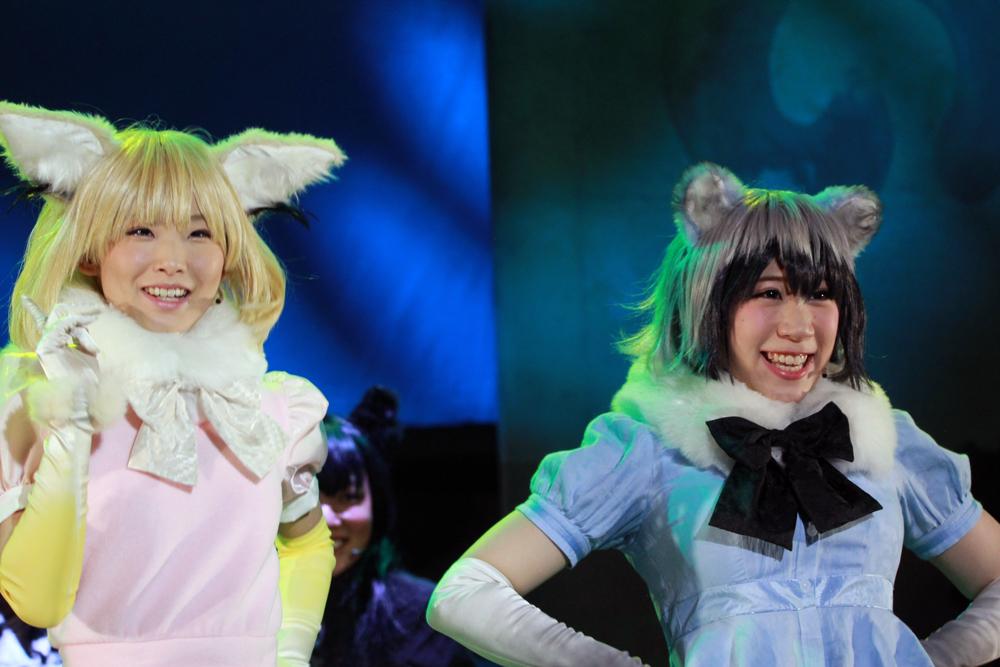 アニメでも声を担当した、フェネック役の本宮佳奈(左)と、アライグマ役の小野早稀(右)。