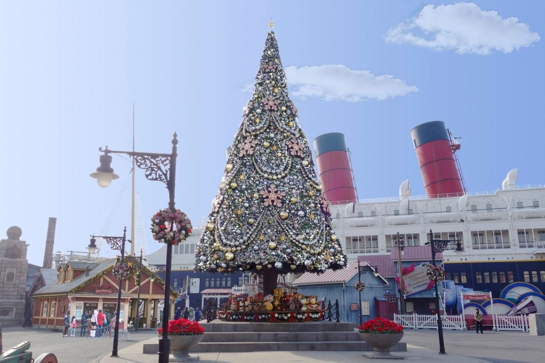 アメリカンウォーターフロントのクリスマスツリー  ※イメージ (C)Disney