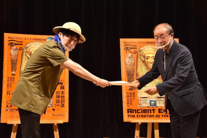 小林淳一副館長(右)から公式チューターに任命されたこうちゃん