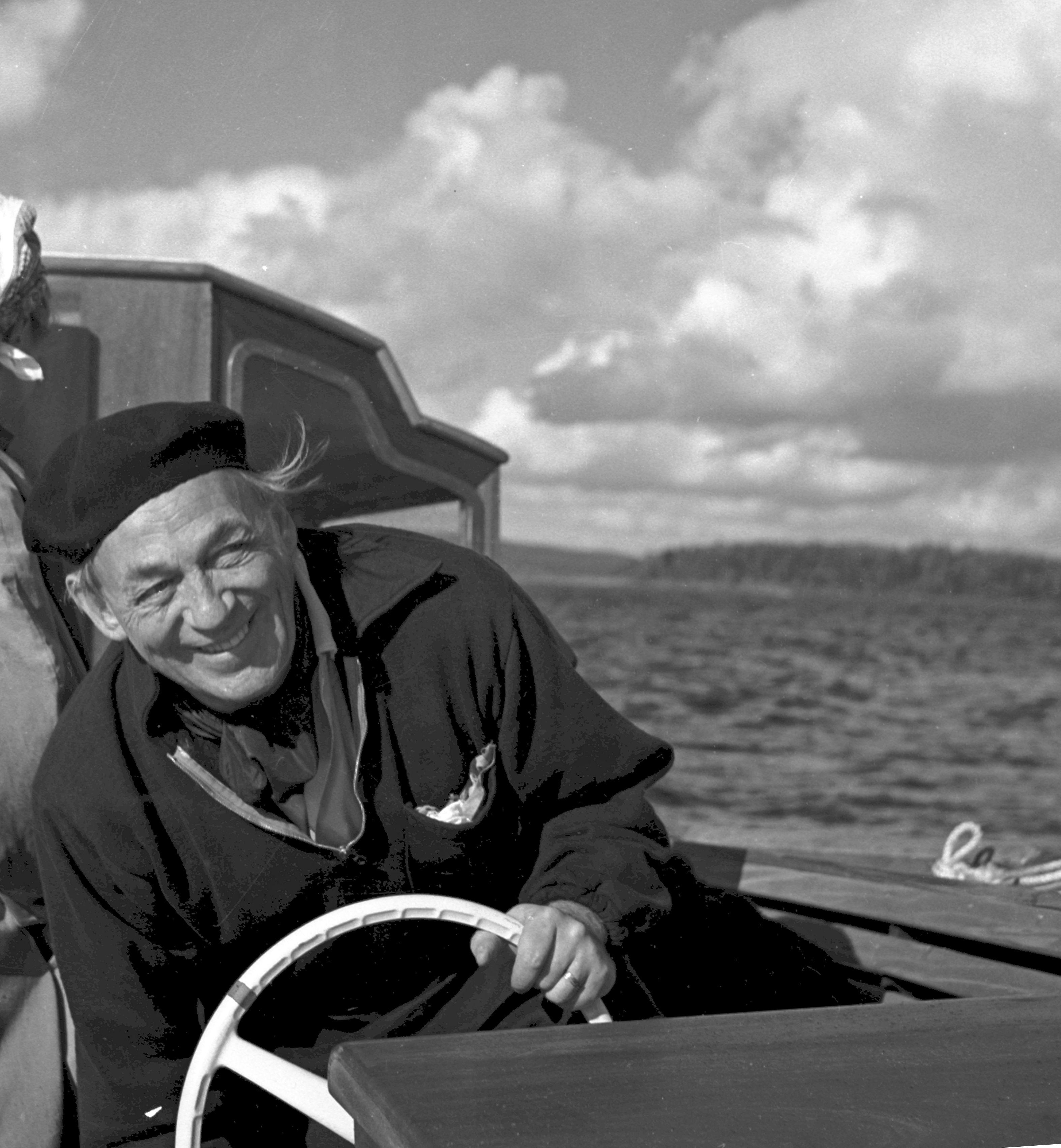 ネモ・プロフェタ号に乗るアアルト、1960年代 (C)Schildt Foundation, photo: Göran Schildt