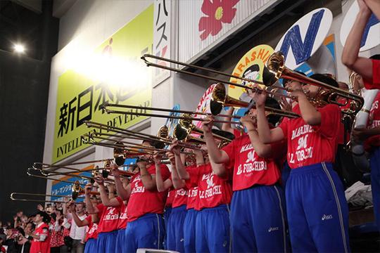 全国屈指の実力を誇る習志野高校吹奏楽部が迫力ある演奏を披露する