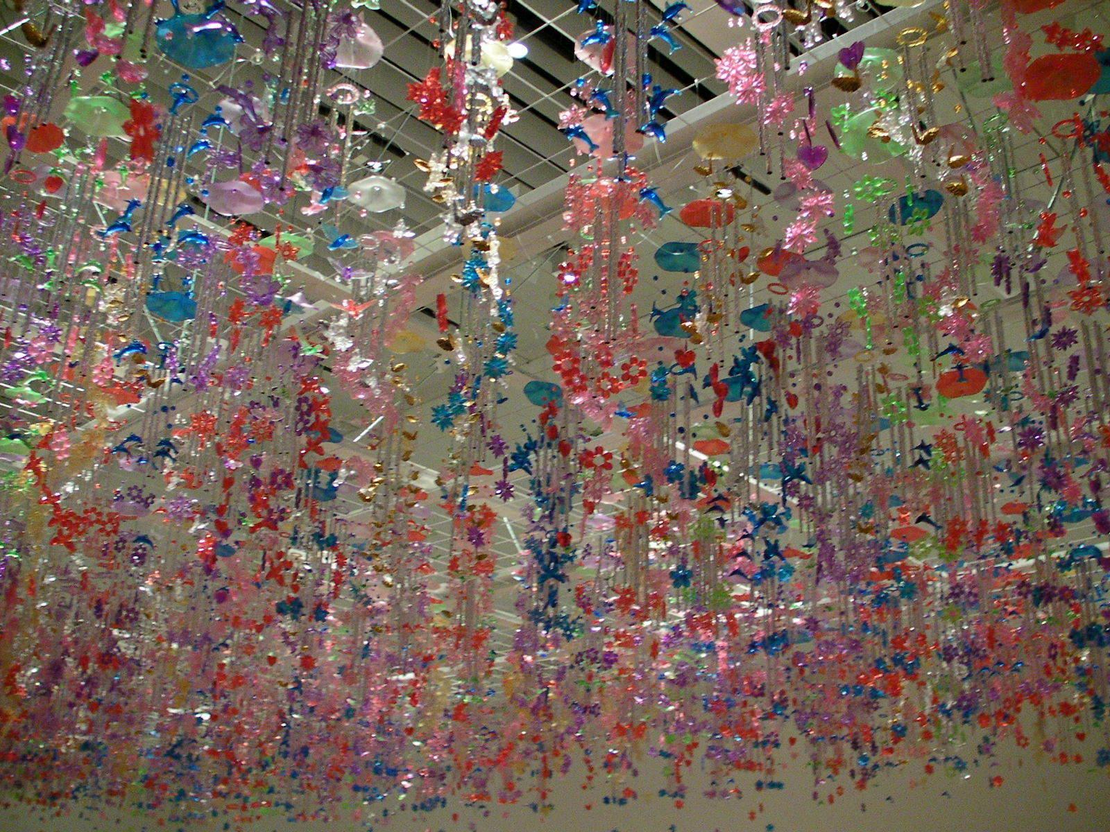 フェリックス・バコロール《荒れそうな空模様》2009年 1000個を超える風鈴が、風に揺れ音を奏でるインスタレーション。