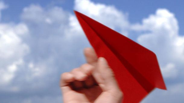 嵐が出演するJAL「先得」新CM「紙飛行機」編のワンシーン。