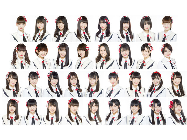 NGT48。最上段右から4番目が佐藤杏樹。