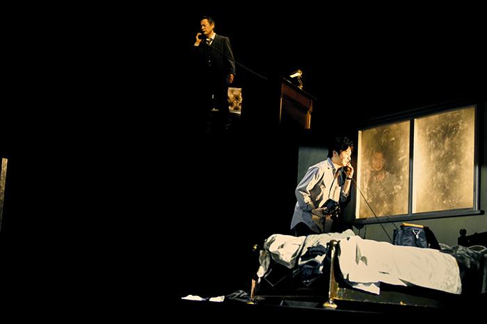 世田谷パブリックシアター×パソナグループ『CHIMERICA チャイメリカ』 手前から:田中圭 大鷹明良 撮影:細野 晋司