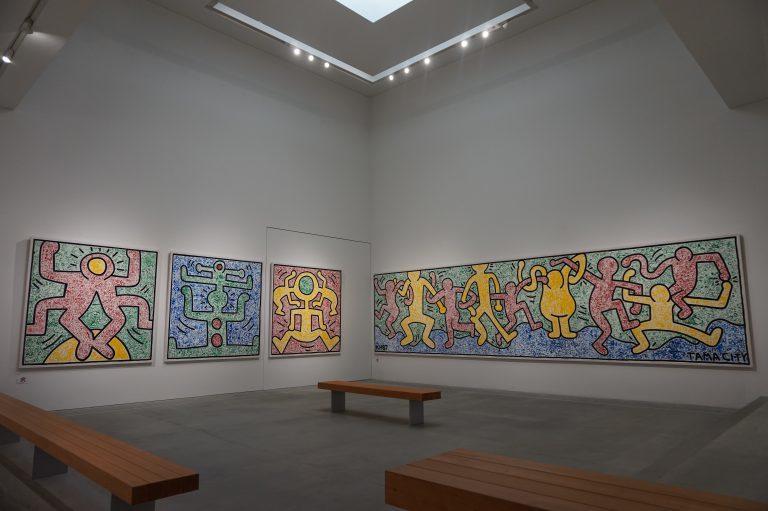 1987年、パルテノン多摩でキース・ヘリングが子供達と壁画制作をした、ワークショップでの作品。 今回、開館10年を記念して館内で特別公開されている。 《マイ・タウン(1-4)》1987年、《平和Ⅰ-Ⅳ》1987年 公益財団法人多摩市文化振輿財団収蔵All Keith Haring Works ©︎ Keith Haring Foundation