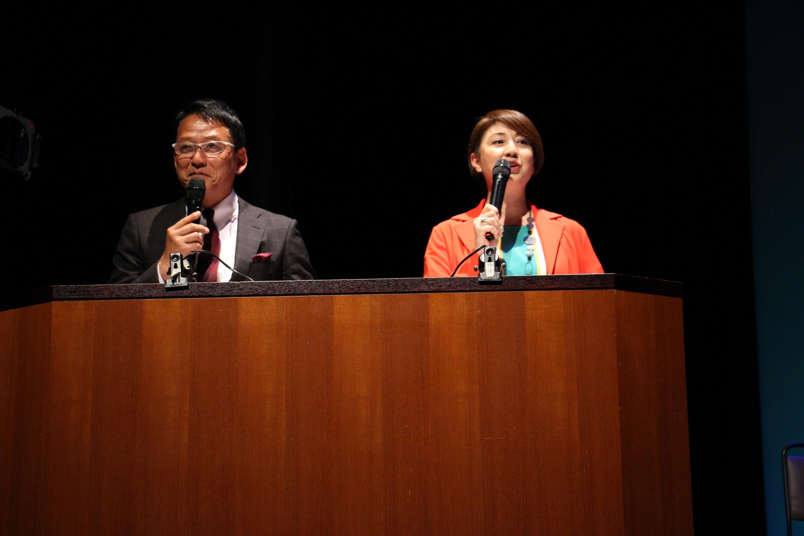 左から、司会のさえばとむ、飯星景子