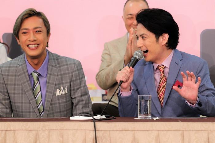 佐藤のトークに内博貴(左)も笑顔!