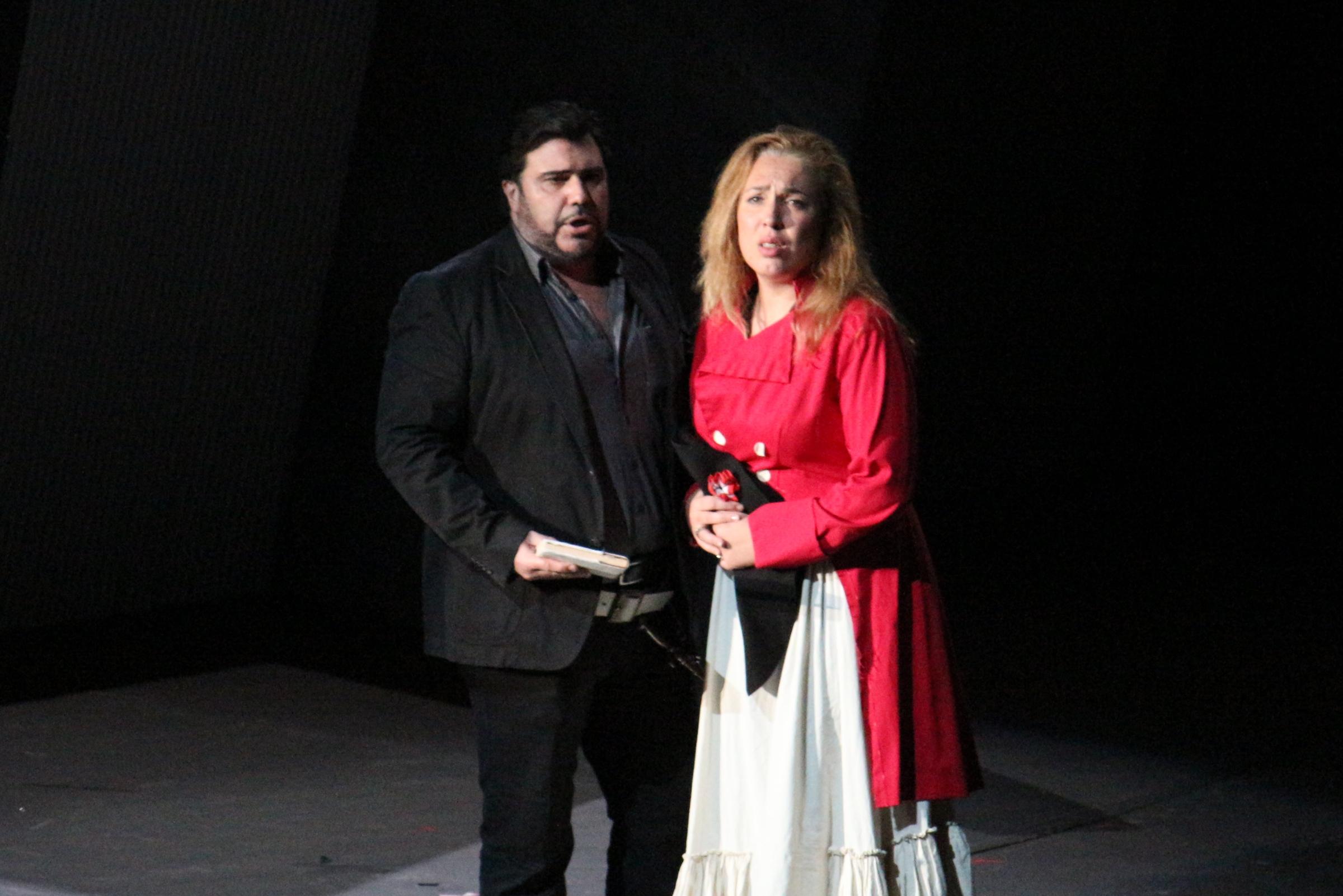 カルロ・ヴェントレ(アンドレア・シェニエ)とホセ・マリア・シーリ(マッダレーナ)の二人(4/10リハーサルより/衣装は出演者私服です) (新国立劇場提供)
