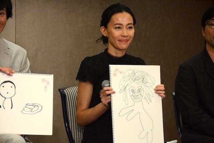 自分で描いた絵を持つ木村佳乃