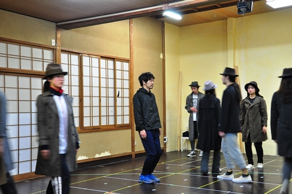 松本演出の醍醐味である変拍子の演技に挑戦中の山中。朝4時までに及ぶ特訓の成果はいかに?