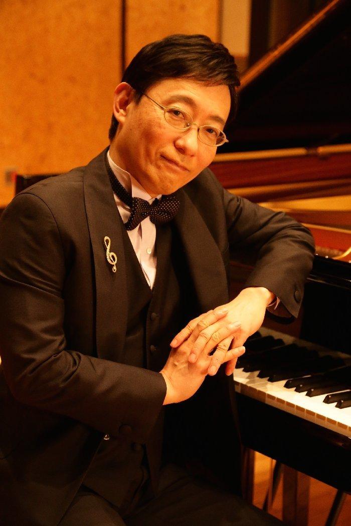 クラシックから童謡、唱歌まで、自在にピアノを奏でる小原孝