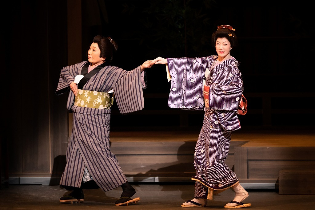 『かたき同志』(左から)泉ピン子、坂本冬美  撮影:田中聖太郎