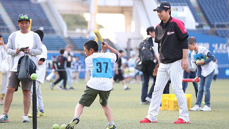 試合終了後はグラウンドで「ベースボールアカデミーコーチとバッティング体験」を開催