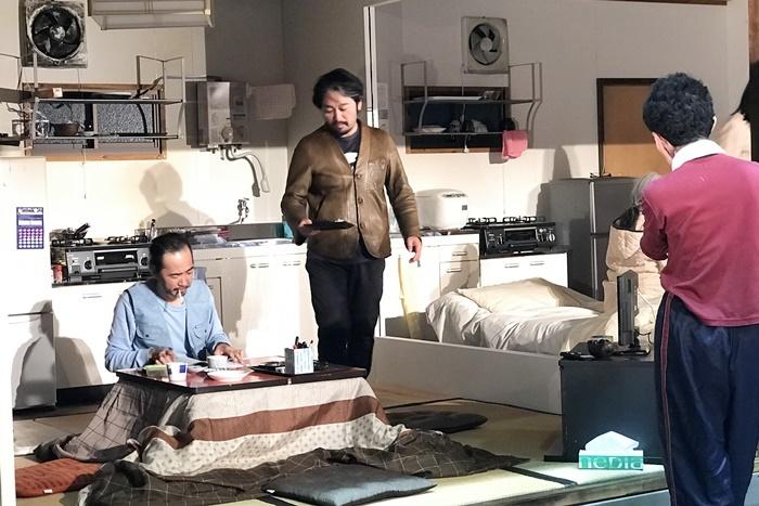 庭劇団ペニノ『笑顔の砦』演出中のタニノクロウ。 [撮影]吉永美和子