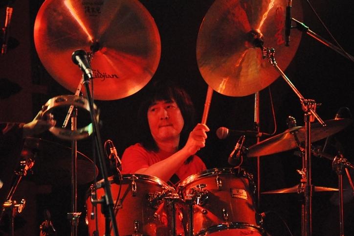 何と18年ぶりに[チキンジョージ]のステージに立ったという、ドラムの後藤マスヒロ。重戦車のような響きでバンドのサウンドを支える (撮影:吉永美和子)