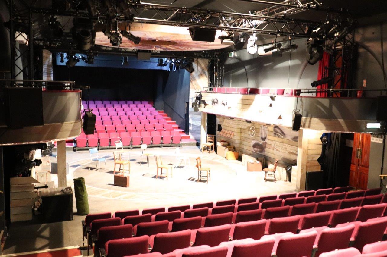対面式舞台と両サイドのバルコニー席 チャリングクロス劇場より