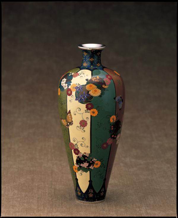 【七宝】並河靖之《蝶に花の丸唐草文花瓶》清水三年坂美術館蔵