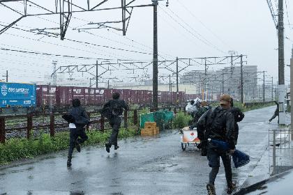 佐藤健・阿部寛・林遣都がずぶ濡れ激走「長いんですよ、距離が(笑)」 映画『護られなかった者たちへ』メイキング映像を解禁
