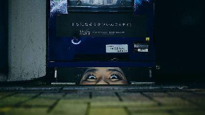 ビルの隙間や自動販売機の下から顔面がのぞく 渡辺直美による『約束のネバーランド』実写映画×コミックコラボが展開中