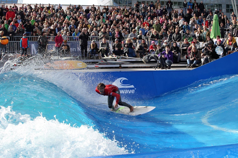 サーフィンは40センチ~130センチまでの波を再現。初心者も本格的サーファーも満足できる施設になっている(画像は別施設)