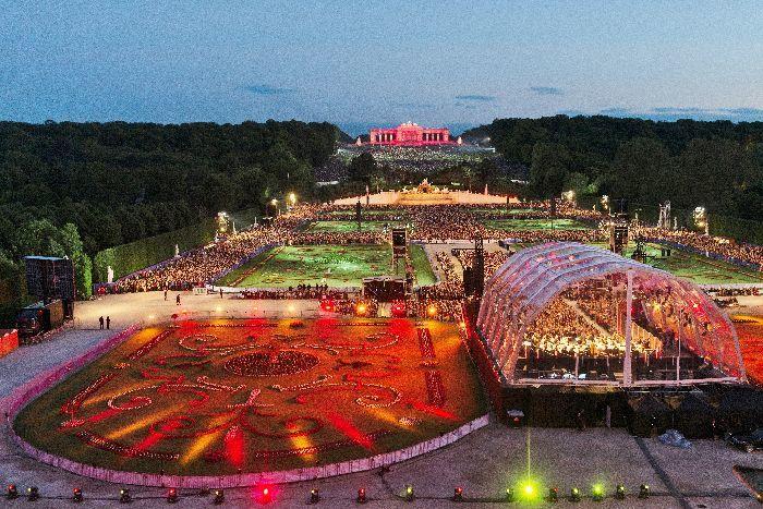 「シェーンブルン 夏の夜のコンサート」手前右が特設ステージ。夕刻から始まり、日没に伴って一帯がライティングされていく(c) WPH Belle&Sasse