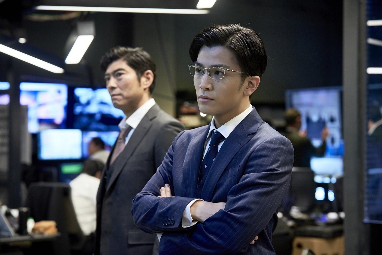 左から、髙嶋政宏、岩田剛典(EXILE/三代目 J Soul Brothers) (C)2019 映画「AI 崩壊」製作委員会