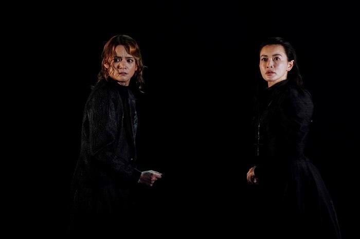 左から:三浦涼介 長谷川京子 世田谷パブリックシアター『メアリ・スチュアート』 撮影:細野 晋司
