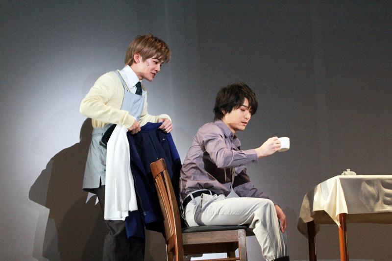 ユリアン(左/小西成弥)の入れた紅茶を飲むのが好きなヤン(右/小早川俊輔)