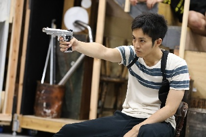 松坂桃李が人間の狂気を全身から滲ませる 舞台『マクガワン・トリロジー』稽古場取材