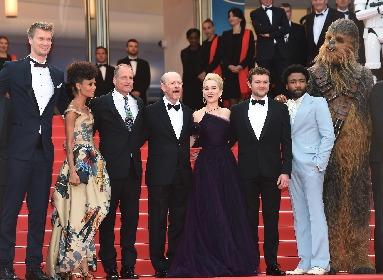 『スター・ウォーズ』チューバッカが正装でカンヌに登場!ストームトルーパーもレッドカーペットにズラリ 『ハン・ソロ/SWS』が特別上映