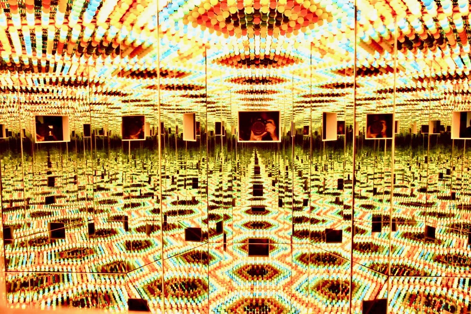 草間彌生《Infinity Mirrored Room——信濃の灯》2001年
