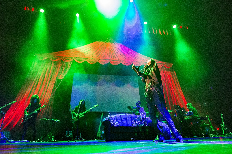 sukekiyo 二〇一五年公演「宙吊り娘と掃き溜めの詩」2015年12月2日 東京国際フォーラム/撮影=尾形隆夫