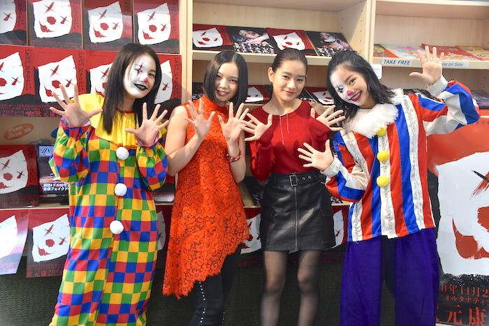 囲み取材に応じる岡田帆乃佳、湯川玲菜、仲美海、前田悠雅(左から)