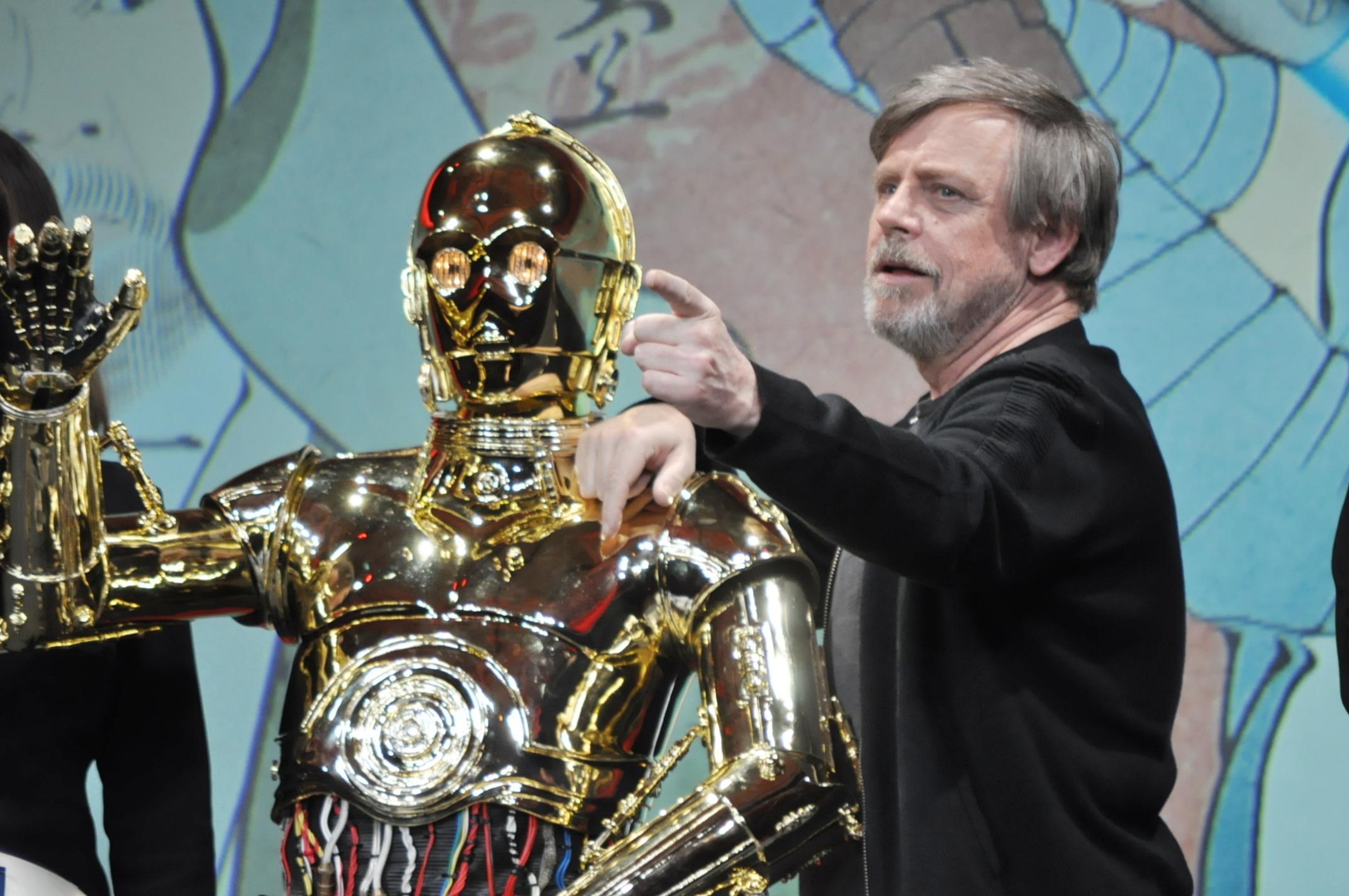 左から、C-3PO、マーク・ハミル