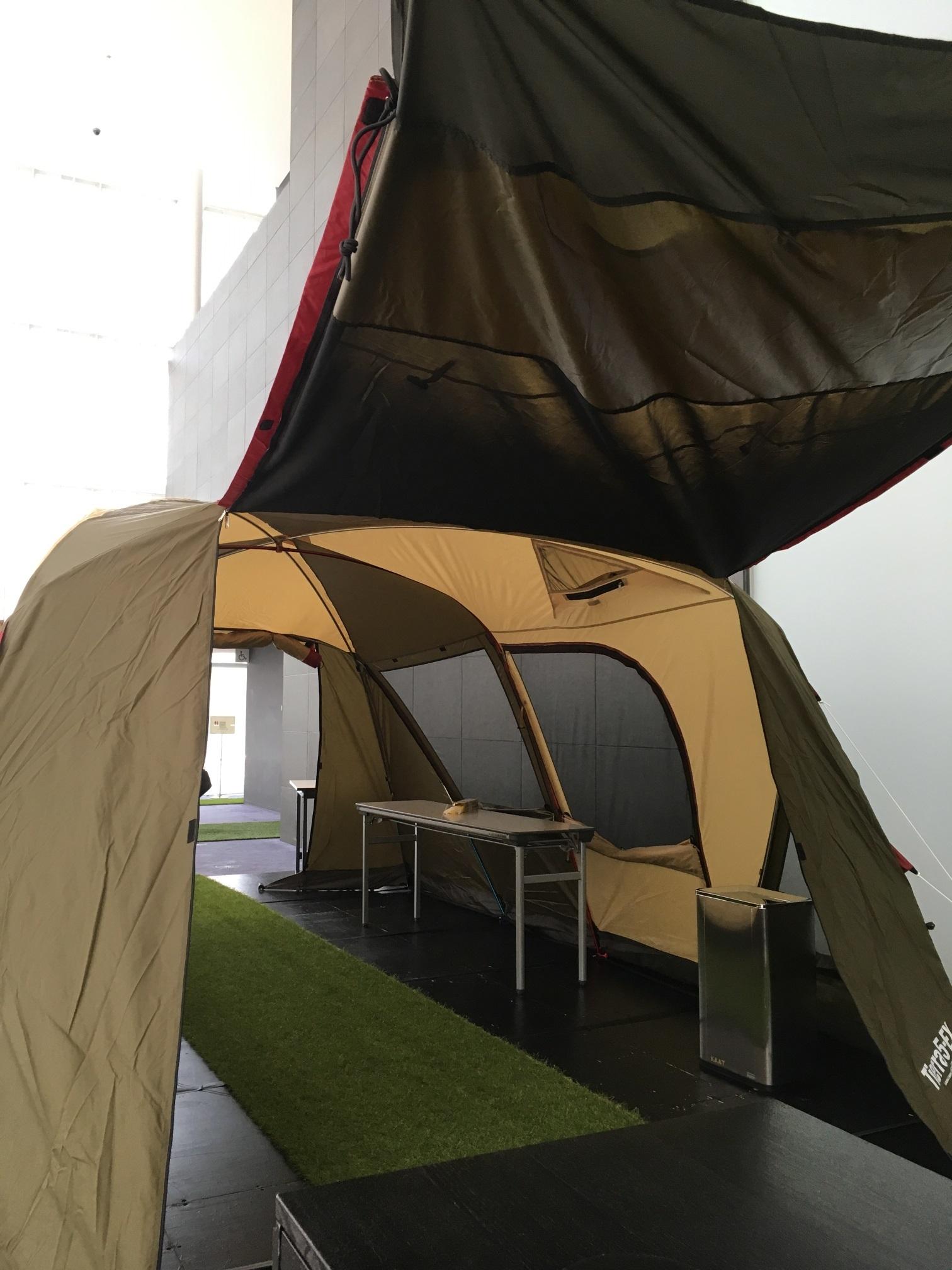 受付をくぐると大きなテントがお出迎え! 劇場提供写真